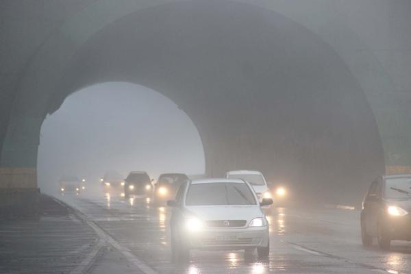 Dirigindo sob neblina intensa